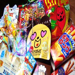 Большая коробка японских сладостей.