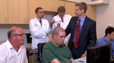 Чип в мозгу парализованного мужчины позволяет ему двигать рукой