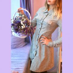 Серое платье-рубашка, которое застегивается на кнопки