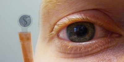 Ученые встроили жк-дисплей в контактную линзу