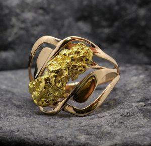 Женское кольцо с золотым самородком - выражение вашей индивидуальности